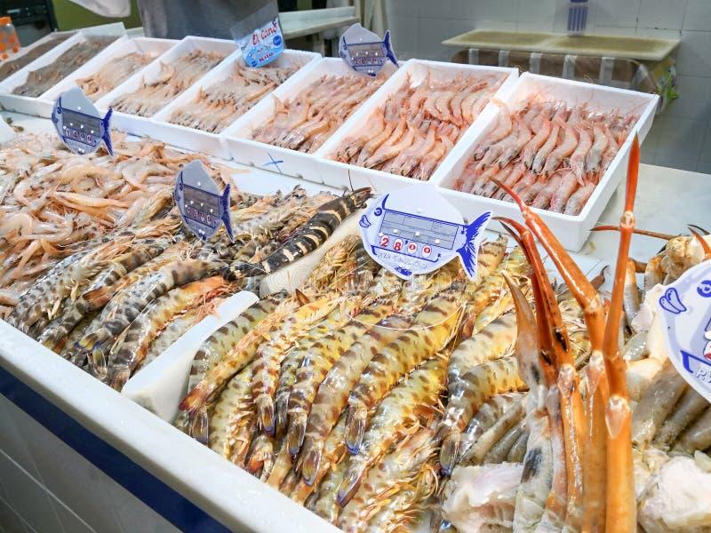 Verse zeevruchten op ijs bij de vissenmarkt Isla Cristiina-markt, Huelva, Spanje stock fotografie