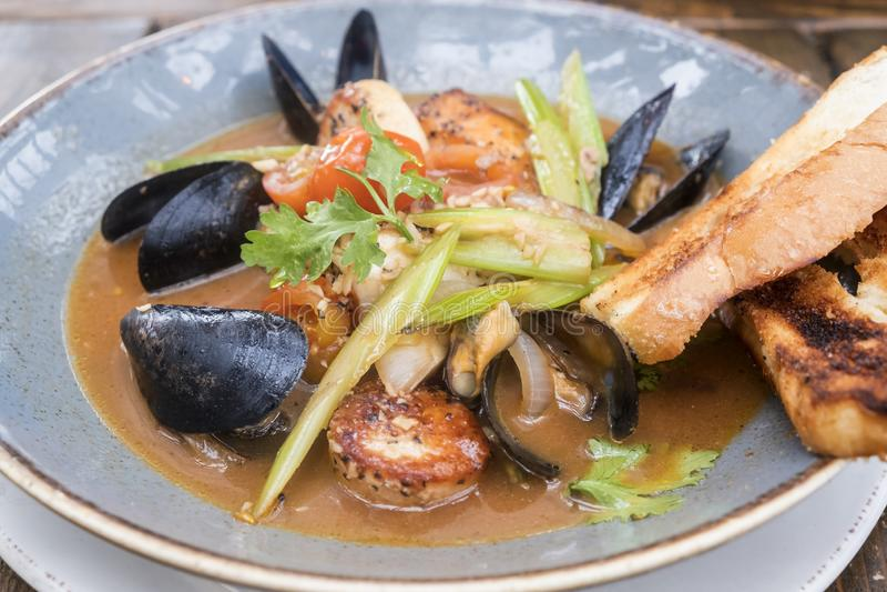Verse Zeevruchten Stew Served met Knoflookbrood #1 royalty-vrije stock foto