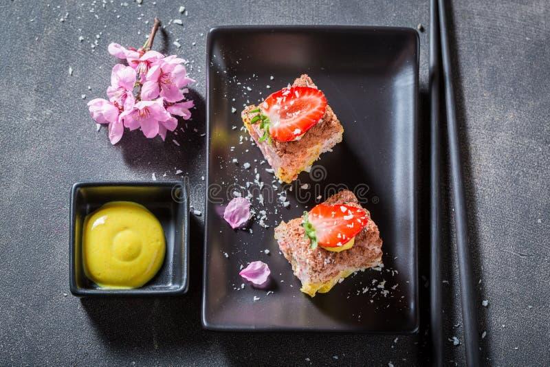 Verse zoete die sushi van aardbei en mango worden gemaakt stock foto's