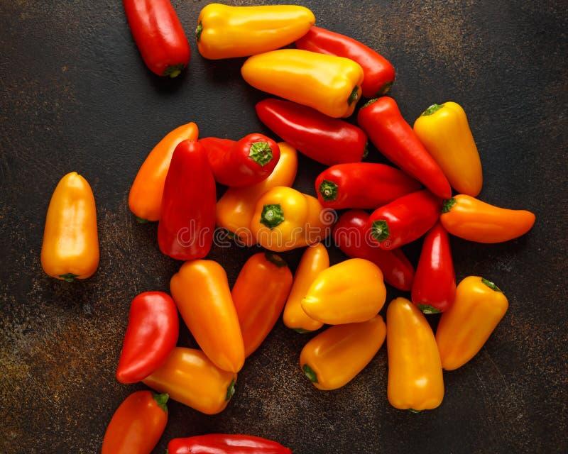 Verse Zoete rode, gele en oranje minigroene paprika's gezond ruw plantaardig voedsel stock fotografie