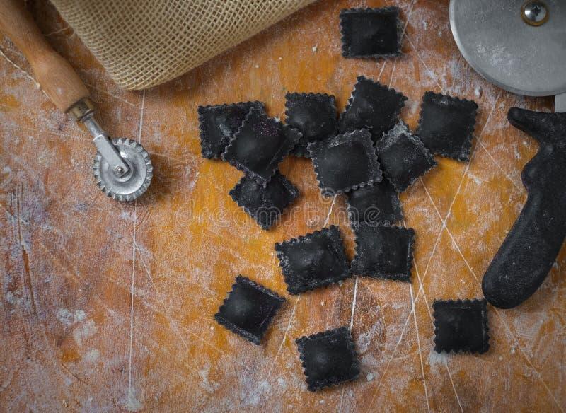 Verse zwarte garnalenravioli op keuken, makend proces stock foto