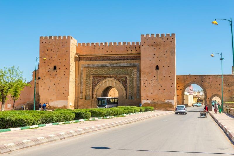 Versehen Sie Bab El-Khemis in der königlichen Stadt Meknes - Marokko mit einem Gatter lizenzfreies stockbild
