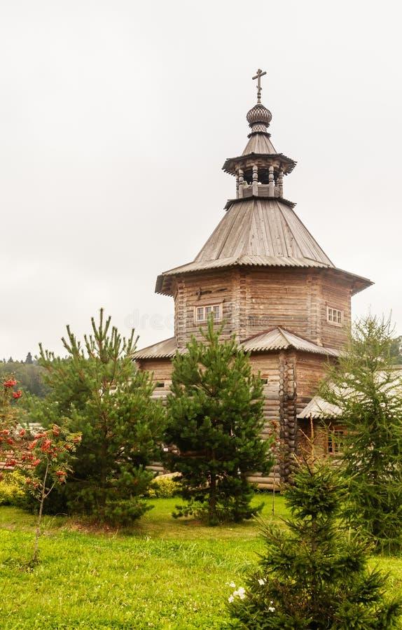 Versehen Sie hölzerne Kirche am Eingang zum heiligen Quell-Gremyachiy-Schlüssel mit einem Gatter stockbilder