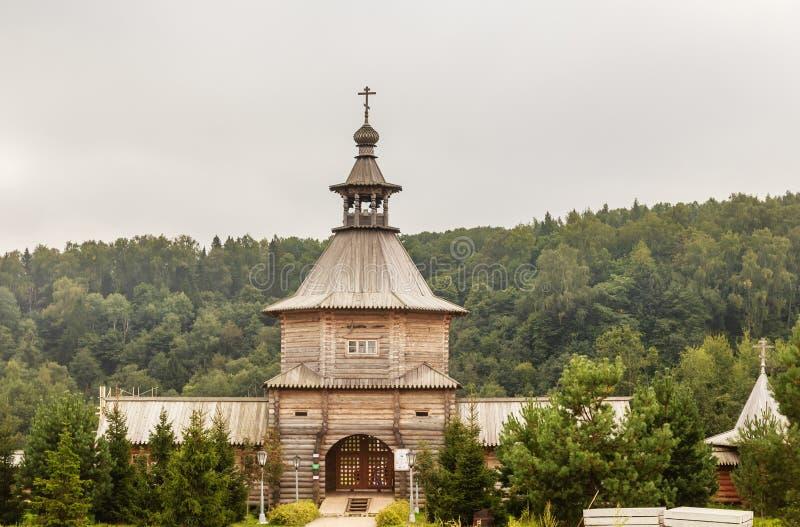 Versehen Sie hölzerne Kirche am Eingang zum heiligen Quell-Gremyachiy-Schlüssel mit einem Gatter lizenzfreie stockfotos
