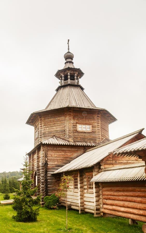 Versehen Sie hölzerne Kirche am Eingang zum heiligen Quell-Gremyachiy-Schlüssel mit einem Gatter lizenzfreie stockfotografie