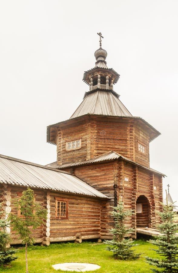 Versehen Sie hölzerne Kirche am Eingang zum heiligen Quell-Gremyachiy-Schlüssel mit einem Gatter lizenzfreie stockbilder