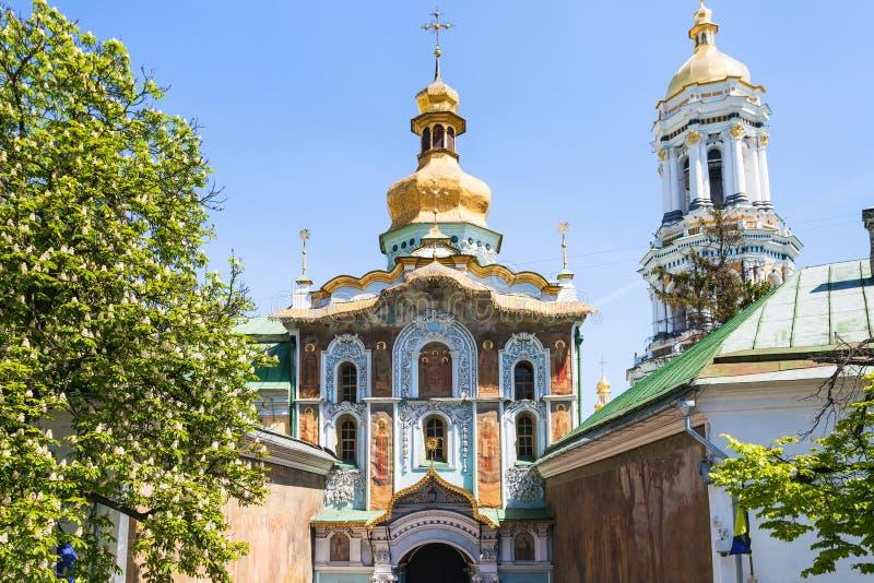 Versehen Sie Kirche der Dreiheit in Kiew-Stadt mit einem Gatter lizenzfreies stockfoto