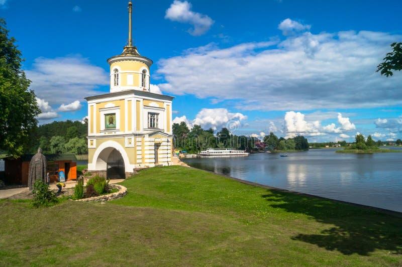 Versehen Sie Turm Svetlitskaya über dem Haupteingang in das Nilov-Kloster, Tver-Region mit einem Gatter lizenzfreies stockbild