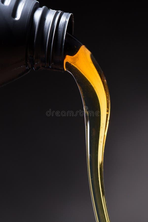 Versement d'huile de moteur photo stock
