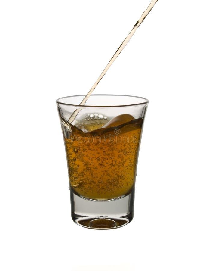 Versement d'un tir de whiskey photo stock