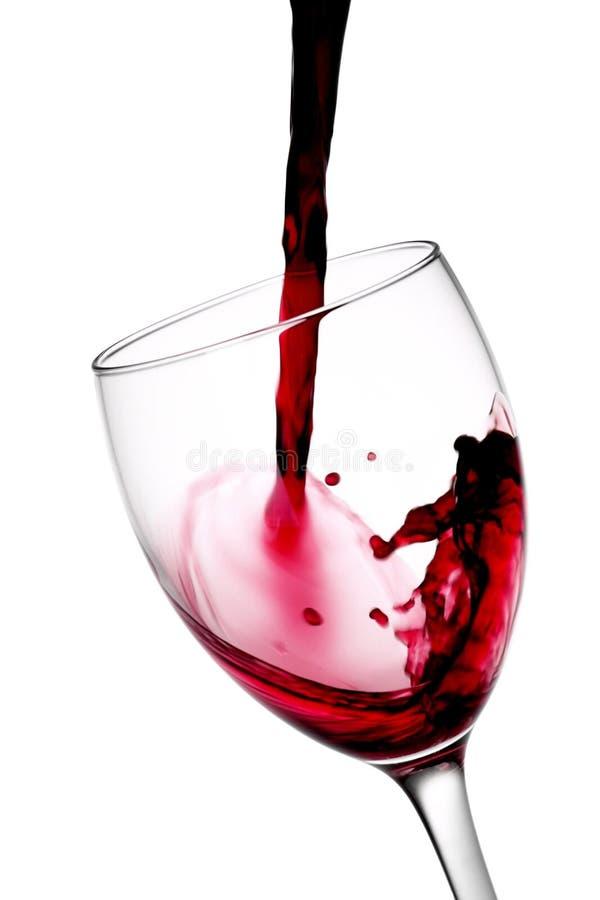 Versement de bouteille de vin - image courante photo libre de droits