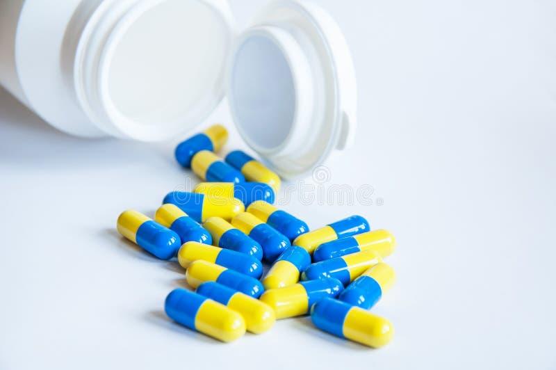 Versement de pilules images stock