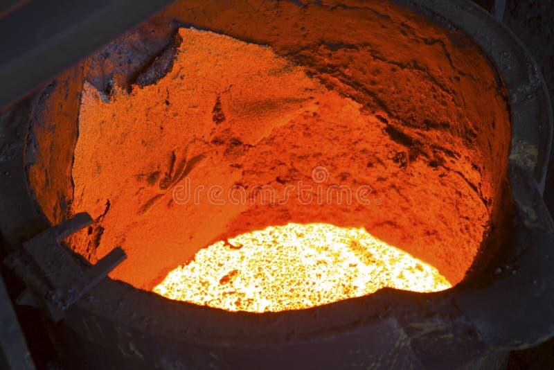 Versement du métal liquide photographie stock