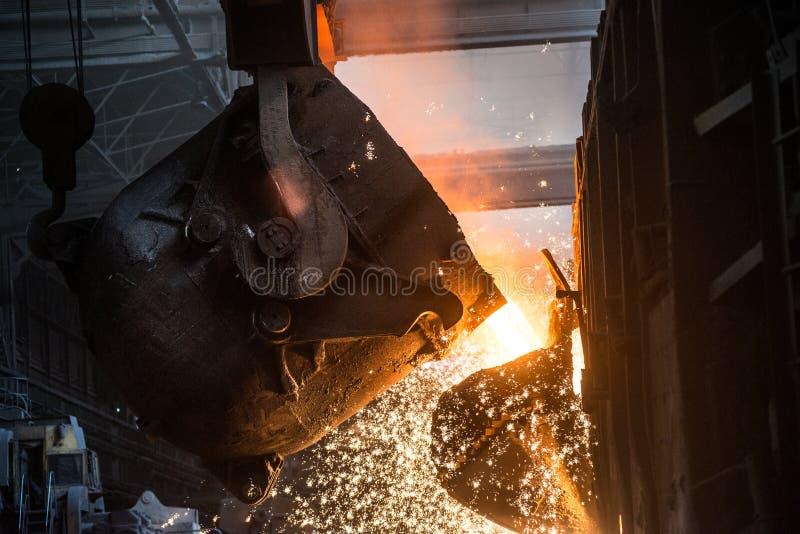 Versement du métal liquide dans le four Martin image stock