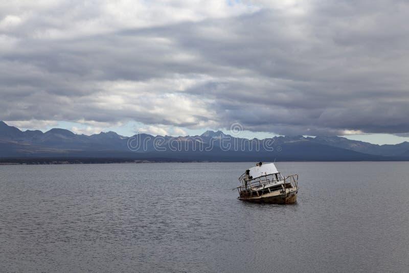 Versenden Sie den Lack-Läufer, der in fagnano See gestrandet ist lizenzfreie stockbilder