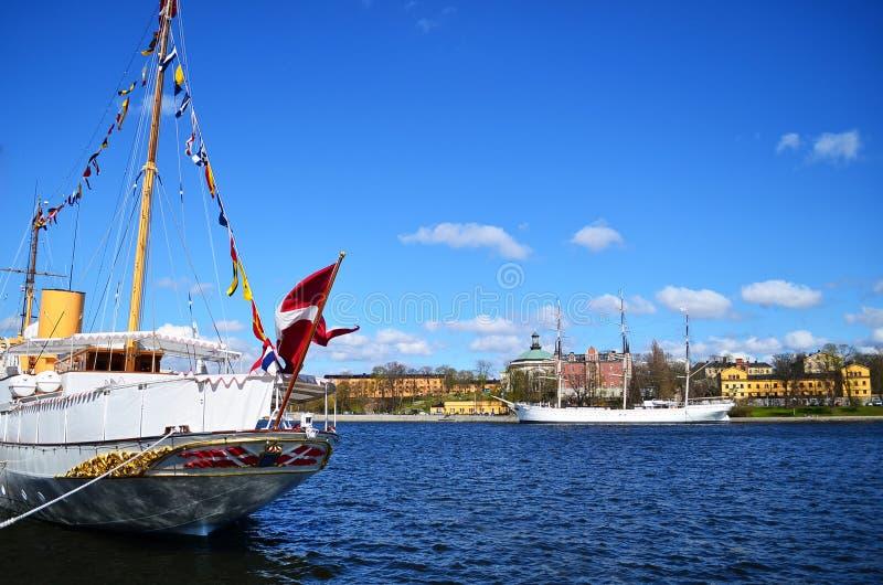 Versenden Sie im Fluss mit blauem Himmel und sonnigem Tag, Kopenhagen, Dänemark stockfoto