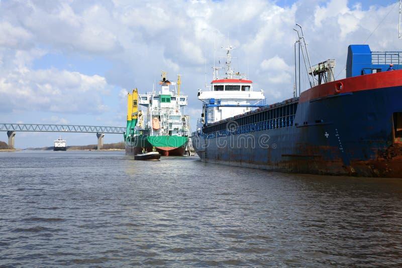Versenden Sie mit Ladung auf dem Kiel-Kanal, Deutschland lizenzfreie stockfotos