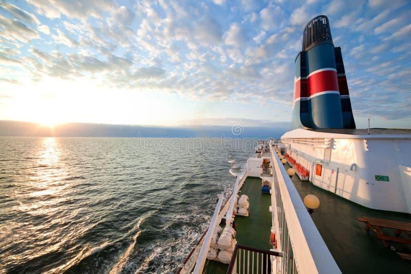 Versenden Sie Plattform, Vorstandansicht, Ozean am Sonnenuntergang stockbilder