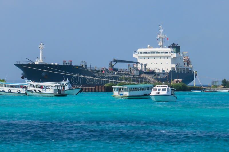 Versenden Sie Tankerfördermaschine, für Chemikalien- und Erdölerzeugnistransport Umgeben durch Boote stockfotografie