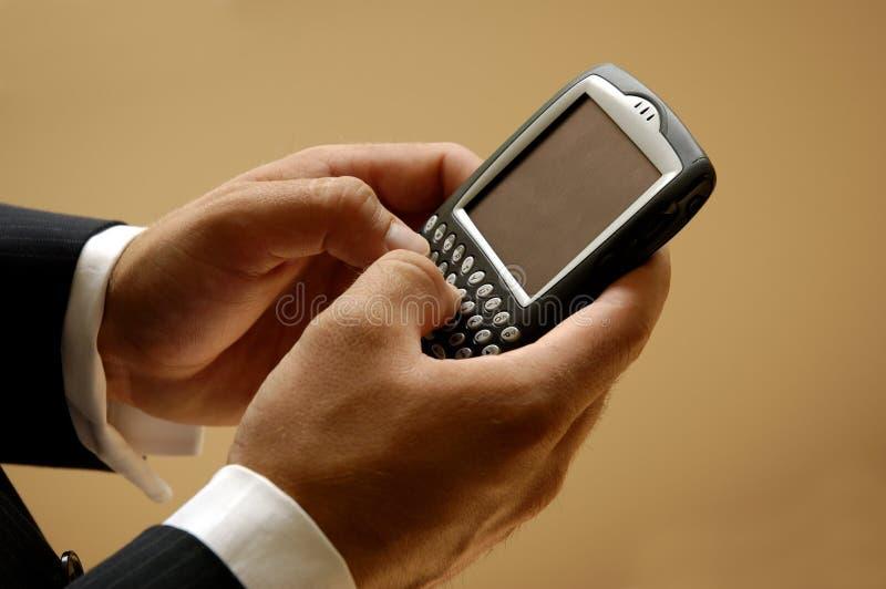 Versenden von SMS-Nachrichten lizenzfreies stockbild