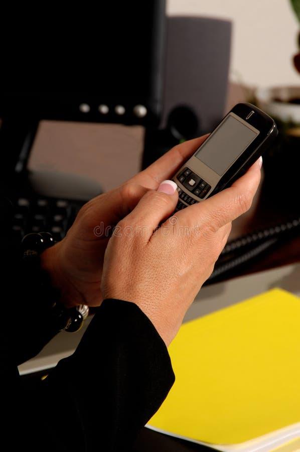 Versenden von SMS-Nachrichten lizenzfreies stockfoto