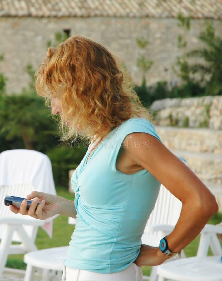 Versenden von SMS-Nachrichten stockfotos