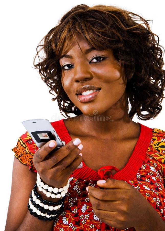 Versenden von SMS-Nachrichten der jungen Frau stockfotos