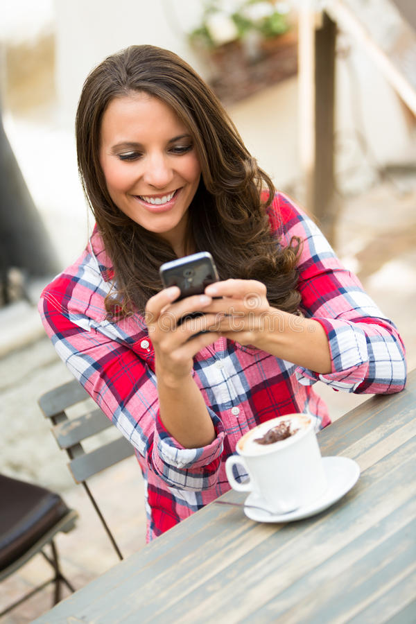 Versenden von SMS-Nachrichten-Frau lizenzfreie stockbilder