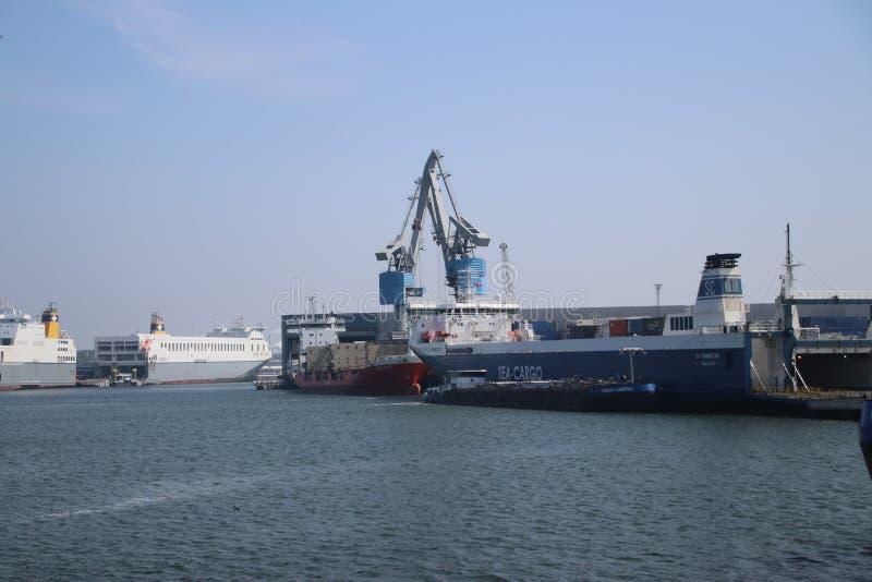 Versendet im Hafen von Rotterdam, in dem Autos und Fracht von den zu entladen werden anderen Häfen in Europa transportiert zu wer lizenzfreie stockbilder