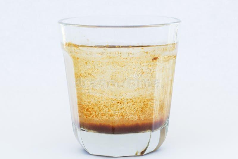 Verseuchtes Wasser in einem Glas lizenzfreie stockfotografie