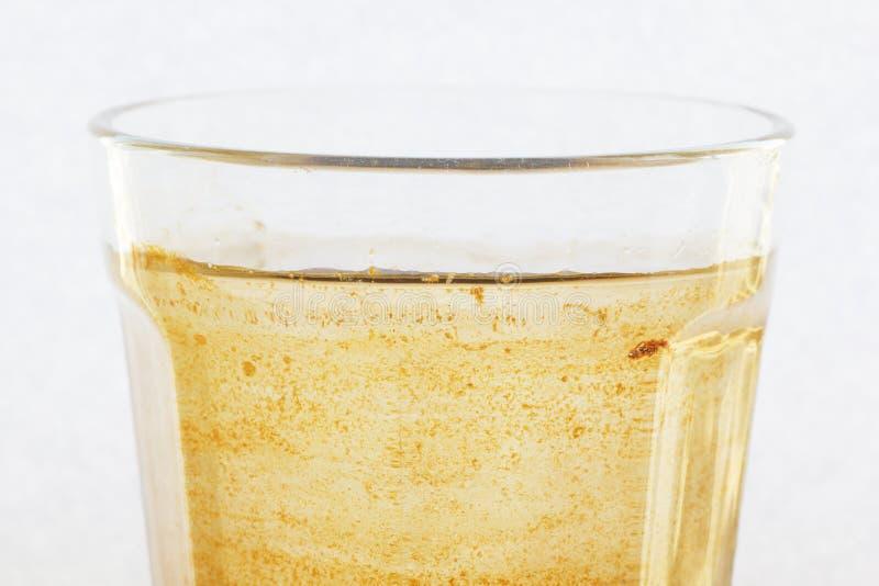 Verseuchtes Wasser in einem Glas lizenzfreie stockbilder