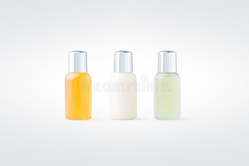 Versez la lotion de gel, de shampooing et de corps d'isolement sur le fond photos stock