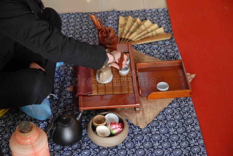 Versez le thé de thé-Le dans le tombeau photographie stock
