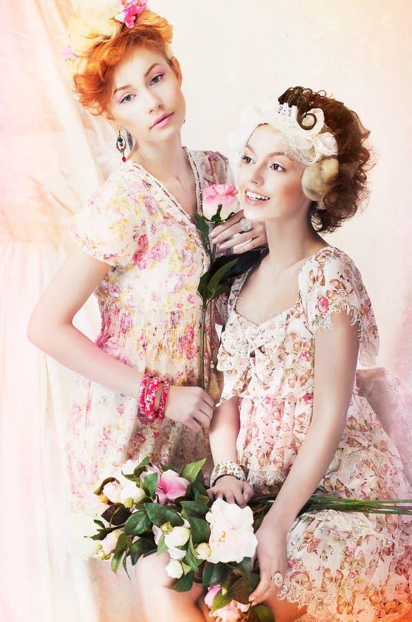 Versheid. Twee Jonge Mooie Vrouwen in Klassieke Vinta royalty-vrije stock fotografie