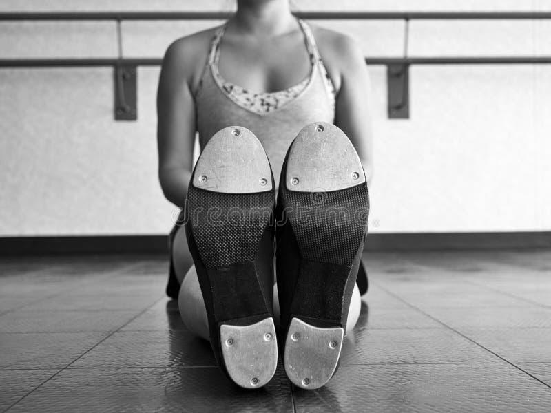 Versión blanco y negro de la parte inferior de un Tapper& x27; s golpea ligeramente los zapatos fotos de archivo