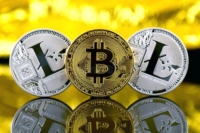 Versión física de Bitcoin y de Litecoin, nuevo dinero virtual fotos de archivo libres de regalías