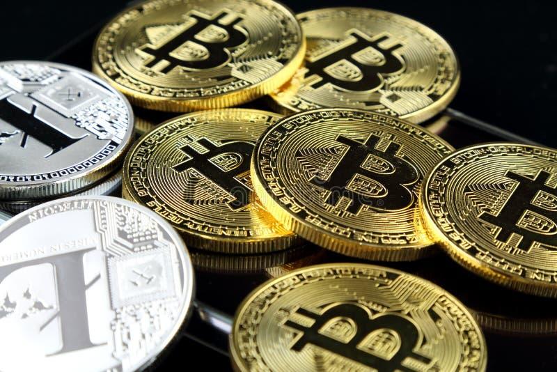 Versión física de Bitcoin y de Litecoin, nuevo dinero virtual Imagen conceptual para el cryptocurrency mundial y el sistema digit fotos de archivo libres de regalías