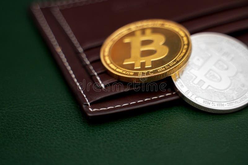 Versión física de los bitcoins de plata y de oro fotografía de archivo libre de regalías