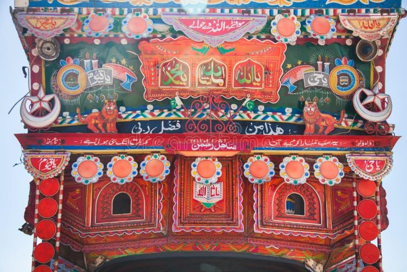 Versi e nomi religiosi su un camion pakistano immagini stock