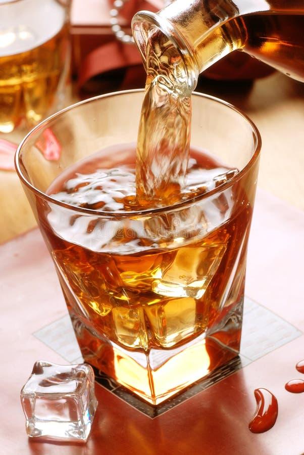 Versi il whiskey fotografie stock