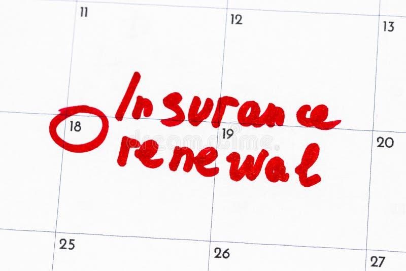 ` Versicherungs-Erneuerung ` ist der Text, der auf den Kalender in rote Markierung geschrieben wird lizenzfreie stockfotos