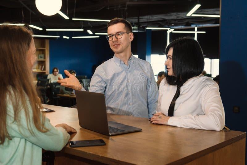 Versicherungs- oder Investitionsentscheidung im Büro stockfotografie