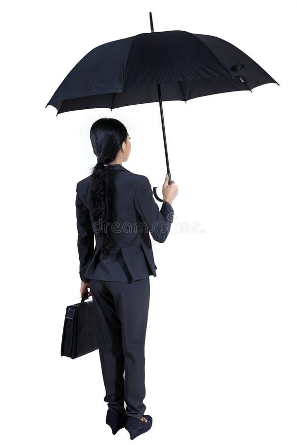 Versicherungsagent, der einen Regenschirm - lokalisiert hält stockfotografie