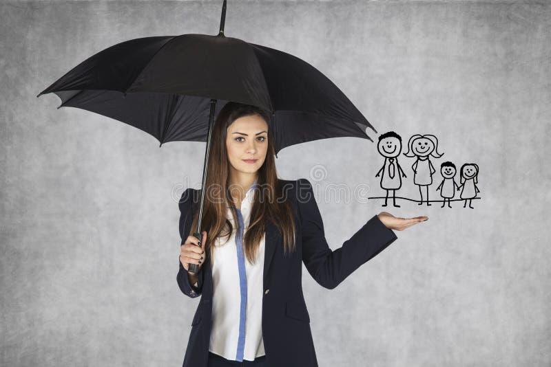 Versicherungsagent stellt die Angebotfamilienversicherung dar lizenzfreie stockfotos