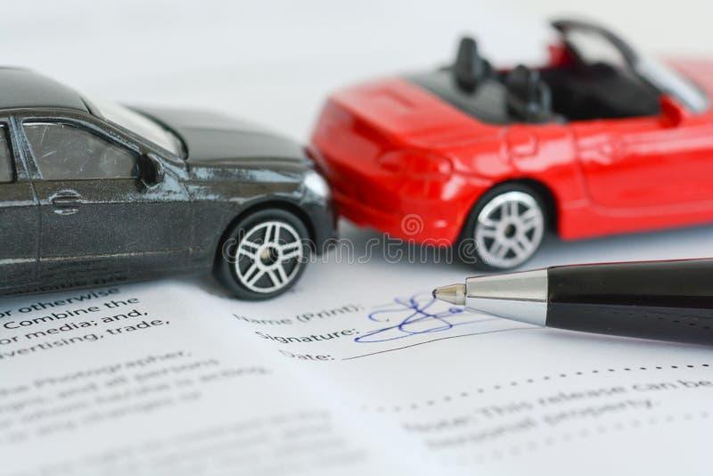 Versicherungspolice-Vertragskonzept mit den Spielzeugmodellautos, die einen Unfall haben stockbilder