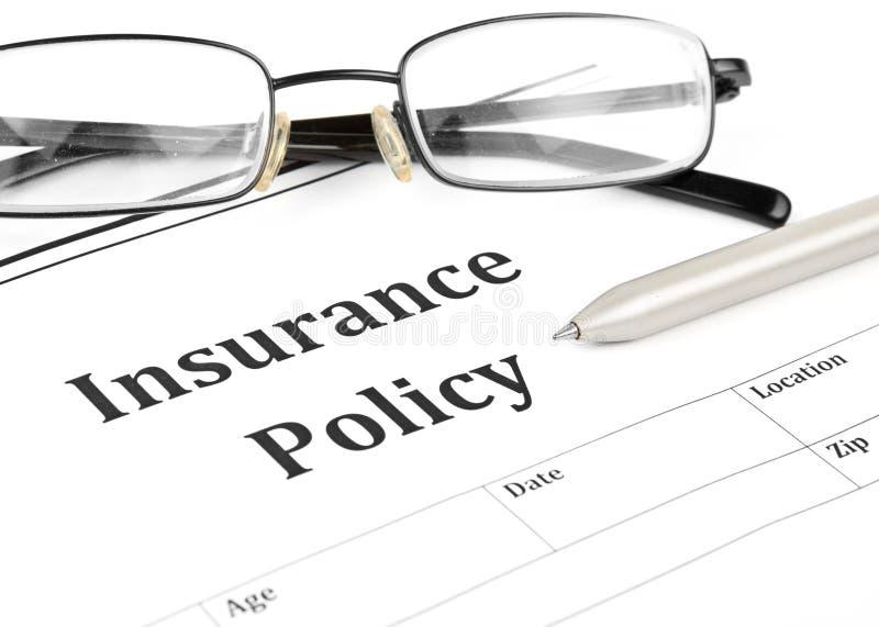 Versicherungspoliceformular auf Schreibtisch im Büro lizenzfreies stockfoto