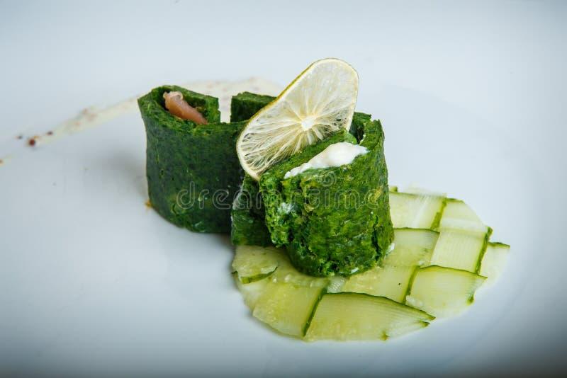 versiert de close-up oorspronkelijk verfraaid gerookte zalm met kaas in groen stock afbeeldingen