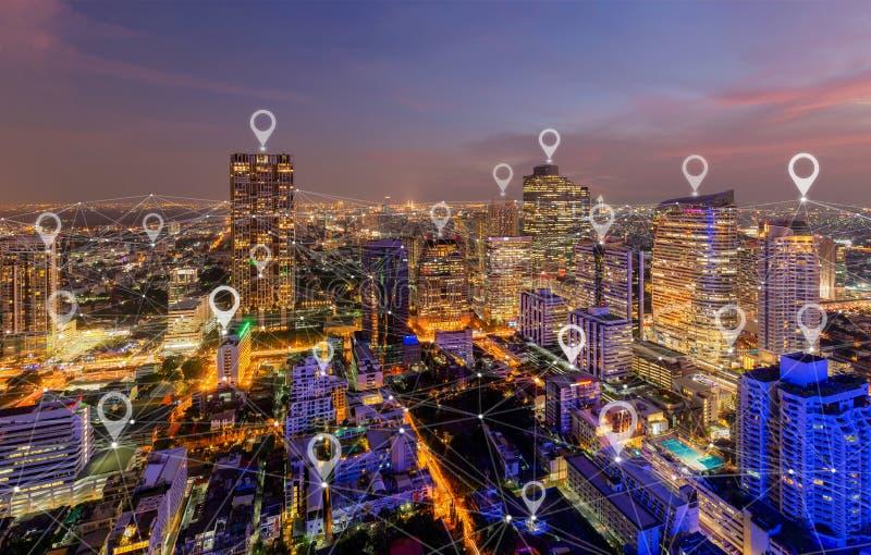 ?versiktsstiftl?genhet av staden, den globala aff?ren och n?tverksanslutning i futuristiskt teknologibegrepp i Asien Skyskrapa oc fotografering för bildbyråer