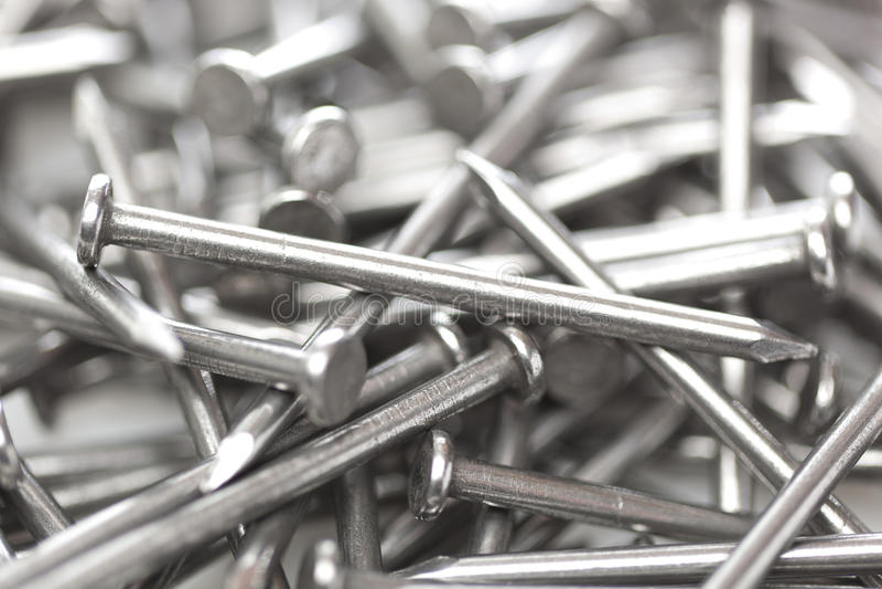 Versilbern Sie Stahlnägel stockbild