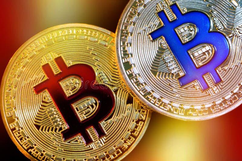 Versione fisica di nuovi fondi virtuali Bitcoin con effetto variopinto fotografia stock libera da diritti
